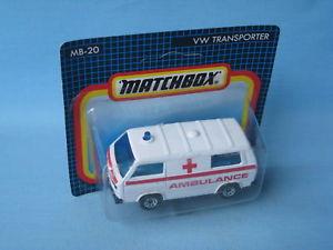 【送料無料】模型車 モデルカー スポーツカー マッチストライプmatchbox volkswagon transporter ambulance red stripes medic toy car in bp 75mm