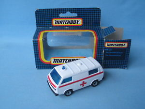 【送料無料】模型車 モデルカー スポーツカー マッチmatchbox volkswagon transporter ambulance red stripes medic toy car boxed 75mm