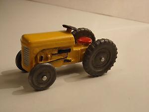 【送料無料】模型車 モデルカー スポーツカー ファーガソントタービンテージモデルミントrefurbished vintage crescent model, of a ferguson t20 tractor, in yellow mint