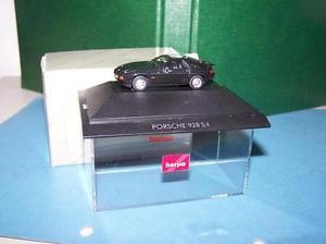 【送料無料】模型車 モデルカー スポーツカー ポルシェボックスブラックporsche 928 s4 schwarz in pcbox herpa nr 20071