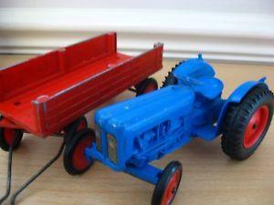 【送料無料】模型車 モデルカー スポーツカー ビンテージファームトタートレーラーcrescent toys vintage 1960s fordson dexta farm tractor amp; trailer 1803