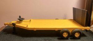 【送料無料】模型車 モデルカー スポーツカー ファームイエローファームトレーラ116 ertl farm construction toy yellow farm implement equipment trailer
