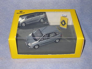 【送料無料】模型車 モデルカー スポーツカー ユニバーサルルノーセニックフェーズシルバーdv6594 universal hobbies uh renault scenic phase ii 2 silver 7711223560 143 nb