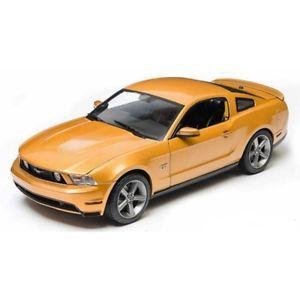 【送料無料】模型車 モデルカー スポーツカー フォードムスタングゴールドグリーンライトford mustang gt 2010 gold 118 12870 greenlight