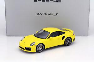 【送料無料】模型車 モデルカー スポーツカー ポルシェショーケースターボレーシングスパークporsche 911 991 ii turbo s racing gelb mit vitrine 118 spark