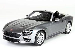 【送料無料】模型車 モデルカー スポーツカー フィアットスパイダーアルジェントfiat 124 spider grigio argento 118 mit vitrine bbrc1815c bbr