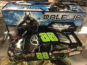 【送料無料】模型車 モデルカー スポーツカー デイルアーンハートジュニアダークナイトバットマンサインアクションフィギュアdale earnhardt jr 2012 dew dark knight autographed 124 action diecast batman