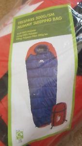 【送料無料】キャンプ用品 trespass 300gsm mummy sleeping bag trespass 300gsm mummy sleeping bag
