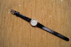 【送料無料】gold tone ladies accurst watch with battery and strap