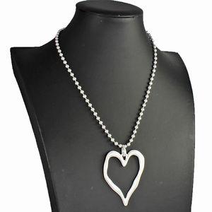 【送料無料】ネックレス パールボールクランプマットシルバーハートペンダントrustique mat couleur argent coeur pendentif sur un petit perle boule collier ras