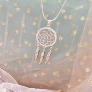 【送料無料】ネックレス ネックレスシルバーjoli collier attrape rves avec plumes argent ou dor strass dreamcatcher