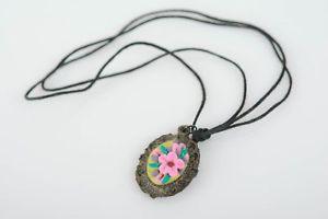 【送料無料】ネックレス パテポリマーペンダントヨーpendentif en pate polymere ovale avec fleurs sur lacet original bijou fait main