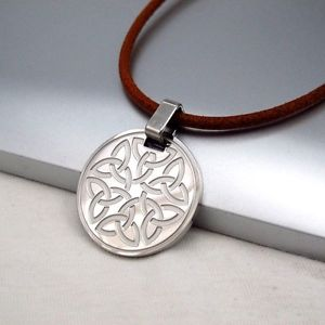 【送料無料】ネックレス ラウンドステンレススチールノードセルティックトリニティペンダントブラウンネックレスファンシーargent inox rond noeud trinit celtique pendentif marron cuir collier fantais