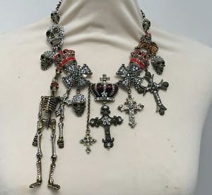 【送料無料】ネックレス バトラーウィルソンアンティークスカルスケルトンクロスクラウンメダルbutler et wilson finition antique squelette crne croix mdaille couronne
