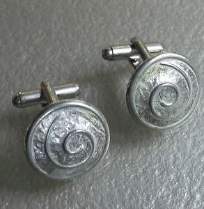 【送料無料】メンズアクセサリ― カフスボタンメンズライトシルバーシールドレトロcufflinks mens light silver coloured metal shield swirls spiral design retro mod