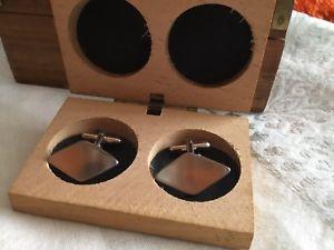 【送料無料】メンズアクセサリ― ヴィンテージモダニストシルバートーンカフスボタンクリスマスvintage 1960's modernist concave silver tone cufflinks wooden box xmas gift