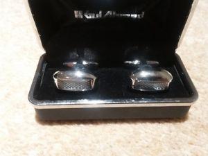 【送料無料】メンズアクセサリ― デザイナーシルバーガラスセンター¥カフリンクスbnib designer polished silver rectangle cufflinks with glass centre rrp 50