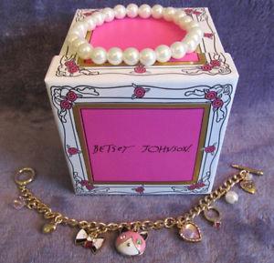 【送料無料】ブレスレット アクセサリ― ジョンソンコレクションピンクストレッチブレスレットボックスセットnib betsey johnson gift collection 2 pc pink cat charm stretch bracelet box set