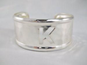 【送料無料】ブレスレット アクセサリ― カフスkブレスレットシルバーモノグラムrustic cuff initial k cut out open bracelet silver tone hammered metal monogram