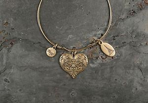 【送料無料】ブレスレット アクセサリ― デザインジュエリーゴールドトークンブレスレットbeaucoup designs jewelry cest la vie gold token bracelet heart vbgheartm