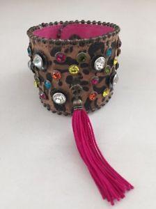 【送料無料】ブレスレット アクセサリ― ベッツィージョンソンラインストーンスエードカフスアニマルプリントブレスレットピンクbetsey johnson rhinestone leather suede cuff animal print bracelet pink tassel