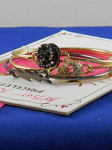 【送料無料】ブレスレット アクセサリ― ベッツィージョンソン2holiday giftingカフスブレスレットセットbetsey johnson two tone holiday gifting skull flower tension cuff bracelet set