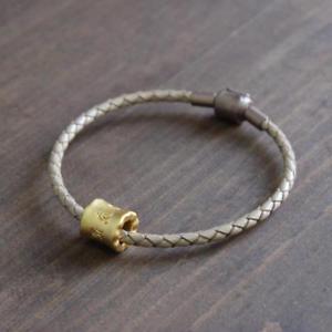 【送料無料】ブレスレット アクセサリ― チベットマンゴールドブレスレットtibetan om mantra gold charm leather bracelet