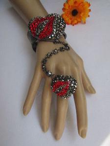 【送料無料】ブレスレット アクセサリ― シロメブレスレットチェーンキスラインストーンwomen pewter metal bracelet slave hand chain heart kiss ring red lip rhinestones
