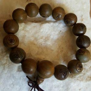 【送料無料】ブレスレット アクセサリ― サンダルウッドマラビーズブレスレットヨガサンダルウッドストレッチcarved buddha green sandal wood mala beads stretch bracelet yoga sandalwood