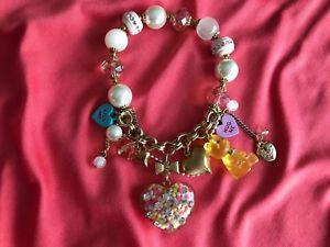 【送料無料】ブレスレット アクセサリ― ジョンソンキャンディハートキスミーグミハグベアブレスレットbetsey johnson candyland candy heart hug kiss me gummy bear lucite bracelet
