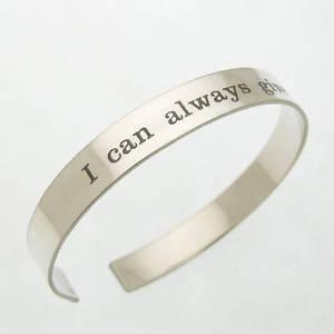 【送料無料】ブレスレット アクセサリ― ブレスレットメンズカフシルバースポーツブレスレットid bracelet, engraved mens cuff fathers day gift silver sport bracelet