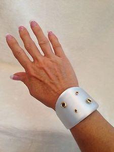【送料無料】ブレスレット アクセサリ― alexis bittarホワイトシルバーluciteリベットwide cuffブレスレットalexis bittar white silver lucite gold rivet wide cuff bracelet