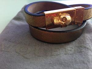 【送料無料】ブレスレット アクセサリ― アレキサンダーマックイーンゴールドトーンダブルレザーラップブレスレットスカルメタリックalexander mcqueen gold tone skull double wrap leather bracelet metallic sugar