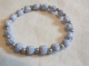 【送料無料】ブレスレット アクセサリ― ストレッチブレスレットシルバープラスチックビーズワイドニースbeautiful stretch bracelet silver tone marbled blue plastic beads 14 wide nice