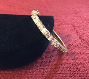 【送料無料】ブレスレット アクセサリ― ヒンジゴールドブレスレットakkad hinged gold toned bracelet with crystals