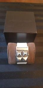 【送料無料】ブレスレット アクセサリ― ミハエルホワイトワイドピラミッドカフブレスレットmichael kors glam wide pyramid cuff bracelet in white