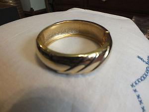【送料無料】ブレスレット アクセサリ― クラスプブレスレットゴールドトーンテクスチャワイドニースcollectible clasp bracelet gold tone textured ridges 78 wide 2 14 across nice