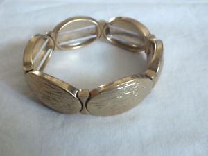 【送料無料】ブレスレット アクセサリ― ストレッチブレスレットゴールドトーンワイドbeautiful stretch bracelet gold tone textured finish signed lc 34 wide nice
