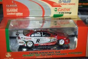 【送料無料】模型車 スポーツカー クラシックラリーパーキンスアヴィコモドールバサースト143 classic carlectables larry perkins castrol 2004 vy commodore bathurst 1000