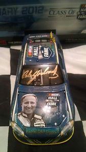 【送料無料】模型車 スポーツカー ゴールドアクションサインホール2012 cale yarborough gold autographed nascar hall of fame action 124