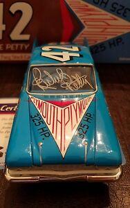 【送料無料】模型車 スポーツカー #サインリチャードペティプリマスフューリーツールボックス1960 lee petty 42 autographed richard petty plymouth fury tool box treasures