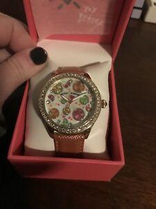【送料無料】腕時計 ジョンソン#ボーイフレンドクリスタルピンクレザーウォッチnwt betsey johnson women039;s glitz boyfriend citrus crystalpink leather watch