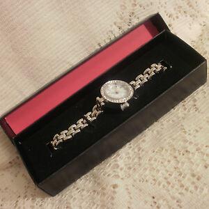 【送料無料】腕時計 エイボンシルバーストーンボックスavon natalee silver tone watch ~ in box ~ 20cm
