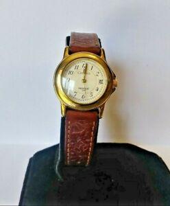 【送料無料】腕時計 カレンダークォーツレディースホルダーゴールドストーンウォッチladies carriage gold tone date calendar quartz watch, indiglo, wr 30 meters 0195