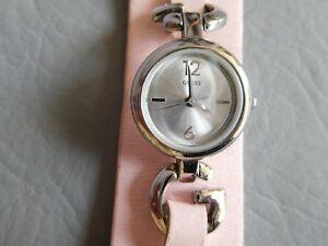 【送料無料】腕時計 ブレスレットカフローズクォーツピンクウォッチguess montre bracelet manchette cuir rose grise femme fille quartz pink watch