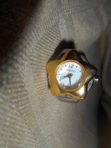 【送料無料】腕時計 レディースシルバーゴールドトーンフラワーリングクオーツムーブメントrumours ladies silver amp; goldtone flower ring watch quartz movement