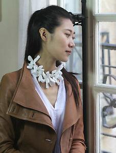 【送料無料】アクセサリー ネックレス コリアーロングコートブランノワールcollier mi long court reglable fleur resine blanc tissu noir zr 2