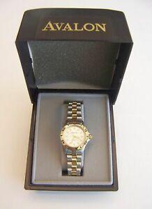 【送料無料】 腕時計 アヴァロンツートンカラークオーツavalon ladies sport dress quartz wristwatch with twotone metal bracelet