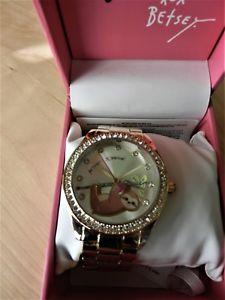 【送料無料】 腕時計 ジョンソンナマケモノウォッチbetsey johnson goldtone sloth watch with bj0068517bx
