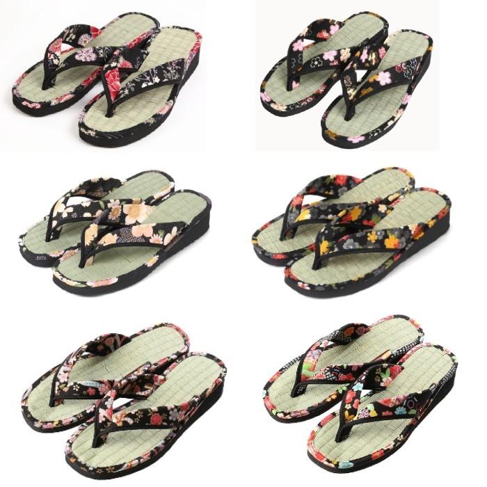 国内製造で材料も国産の高品質な畳草履です 日本製 畳草履 女性用草履 和柄 畳サンダル レディース かわいい 草履 花柄 タタミ 軽い 軽量 和装 履物 畳の気持ちよさがある履物です 屋外 国産の畳草履 室内 部屋履き 蒸れにくく清潔に維持できます 黒柄にかわいい花柄の商品 アウトレット 通気性があり 在庫一掃売り切りセール 藍染 women 女性 い草 黒柄のおまかせです 畳効果による抗菌 サンダル